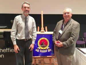 Edgar Zanotto (esquerda) junto ao pesquisador David Pye, ex-presidente da ACErS (The American Ceramic Society) na celebração dos 100 anos da SGT.