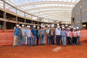 O grupo que visitou o CNPEM nas obras do Sirius, posando no gigantesco anel que armazenará elétrons acelerados.