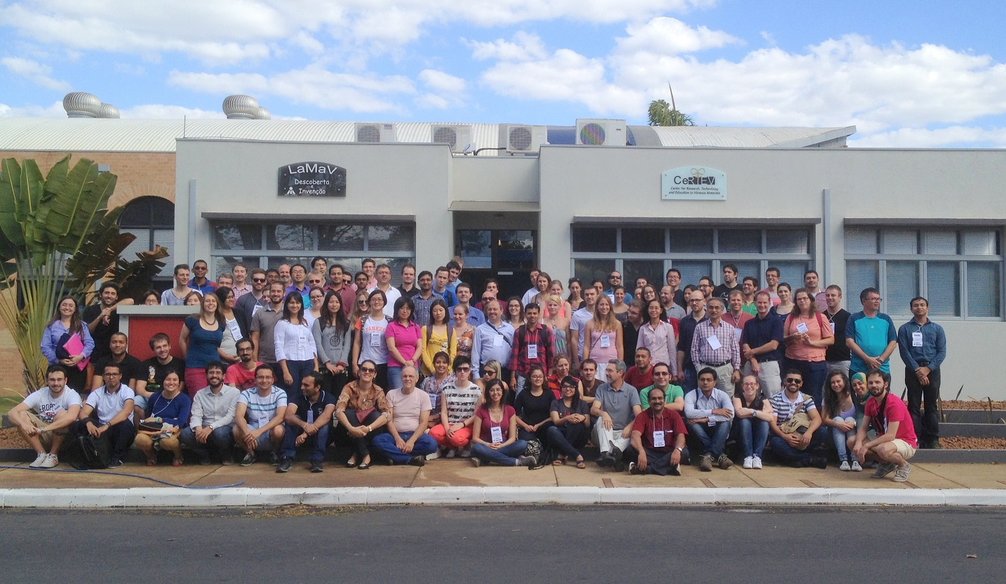 "Estudantes de doutorado de 28 países participam da ""Glass and glass-ceramics school"" no LaMaV em agosto de 2015."