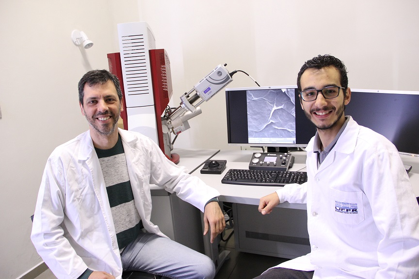 Aldo José Gorgatti Zarbin (à esquerda de quem olha) e Eduardo Guilherme Cividini Neiva, autores principais do trabalho, no equipamento FEG-MEV do Grupo de Química de Materiais da UFPR.