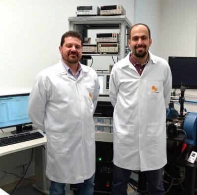 Pesquisadores do Laboratório de Dispositivos e Sistemas Funcionais (LNNano/CNPEM): à esquerda, Carlos Bufon (coordenador) e à direita, Murilo Santhiago.