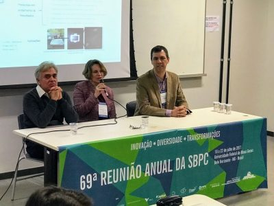 From the left, Marcos Pimenta, Glaura Goulart Silva (scientific director of SBPMat) and Aldo Zarbin in the panel on carbon nanostructures at the 60th Annual SBPC Meeting.