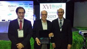 Prof. Jornada (no centro) recebeu distinção da SBPMat. À esquerda, o chairman do encontro e, à direita, o presidente da SBPMat.
