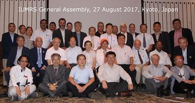Participantes da assembleia geral da IUMRS. Prof. Bianchi (SBPMat) é o sexto em pé a partir da esquerda.