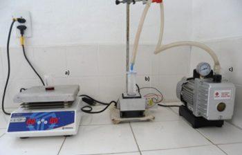 Instrumentação utilizada para preparar as nanoespumas. A partir da esquerda: chapa de aquecimento para manter solução acima da temperatura de separação de fases, sistema de resfriamento Peltier e bomba de vácuo para remoção do solvente por sublimação.