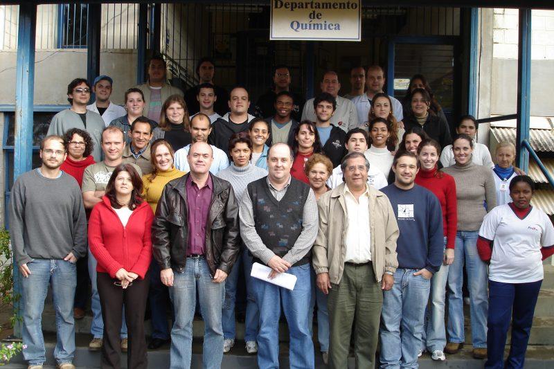 Na primeira linha, a partir da esqueda, professores Lúcia Mascaro, Ernesto C. Pereira, Edson R. Leite, Elson Longo, Flávio L. Souza, junto com alunos de pós-doutorado, doutorado, mestrado, e iniciação científica e funcionários do LIEC. Foto tirada em 2004, no Departamento de Química da UFSCar